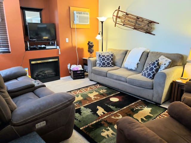 Walk to Town, Sleeps 8 with Massage Chair & Wine!