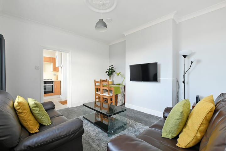 Spacious & Homely, 4 BR, Parking, Close to Centre