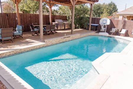 🏖Resort Style Getaway in Cypress Heated Pool !