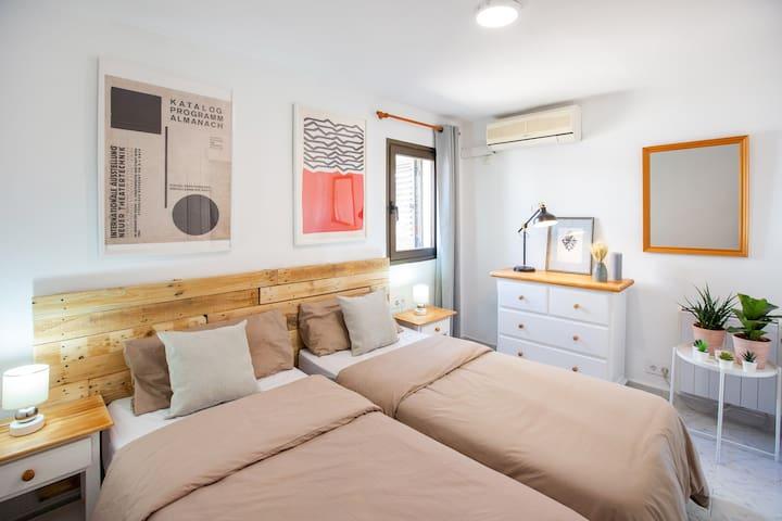 Habitación con 2 cama de 90 cm, en casa de una reserva para 2 parejas la cama puede ser juntada y hacer una cama de 180cm big size