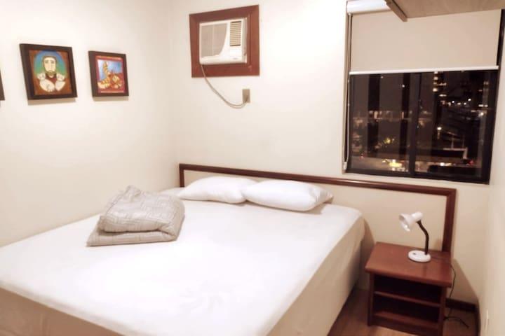 Quarto com cama King size, Ar Quente/Frio, Cortina black out e luminária para leitura.