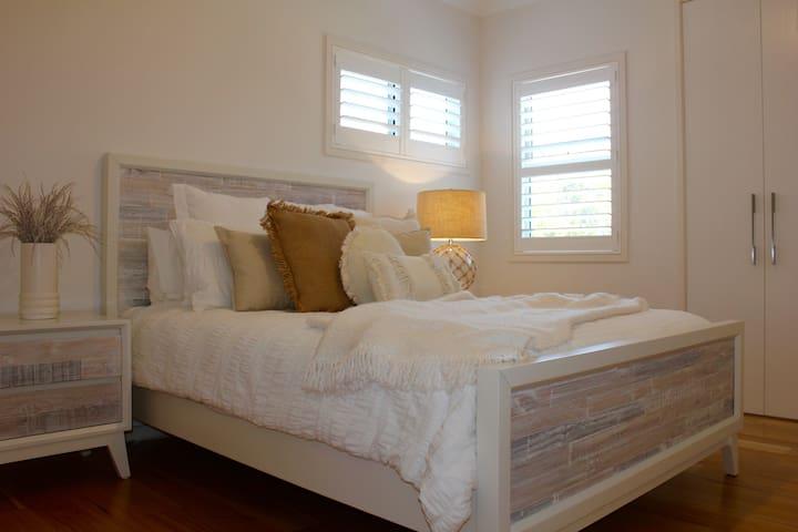 Second bedroom (queen size bed)
