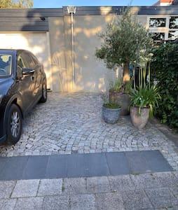 Doordat onze oprit makkelijk te betreden is en breed is opgezet, kunnen hierdoor ook makkelijk 2 auto's naast elkaar geparkeerd staan.