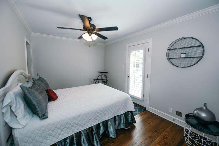 Balcony Bedroom (Queen Bed)