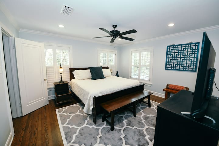 Upstairs Master Bedroom (King Bed)