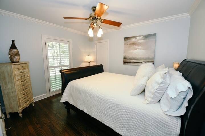 Downstairs Guest Bedroom (Queen Bed)