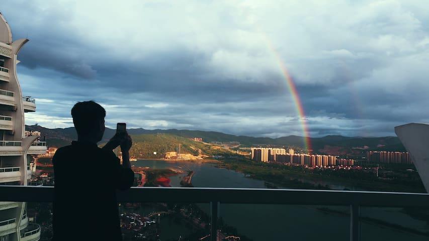 【告庄西双景一间可以眺望湄公河畔的民宿】八折特惠全景江景大床房❤免费接机❤投影电影❤大金塔·星光夜市