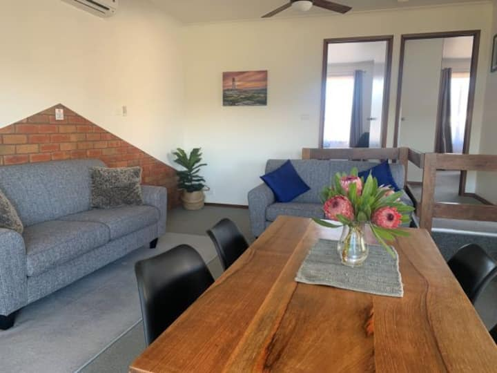 2 Bedroom Upstairs Apartment close to 12Apostles