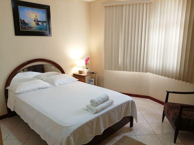 Dormitorio master, cuenta con Baño privado completo, agua caliente, A/C, Smart TV con vista al área social.