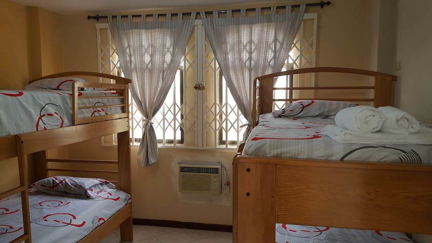 Dormitorio 4, cuenta con 4 camas de plaza 1 1/2, con vista al área social y A/C.