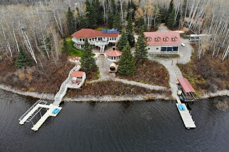 4 Seasons Waterfront Paradise: Hot Tub and Sauna!!
