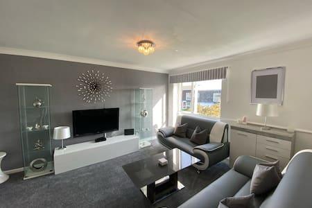 Vibrant 1st Floor Apartment