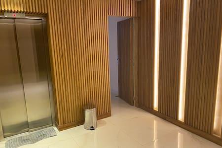 Corredores largos bem iluminados,elevadores modernos e seguros