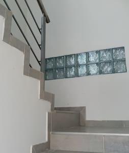 Amplias escaleras con pasamanos y descansos para mayor comodidad