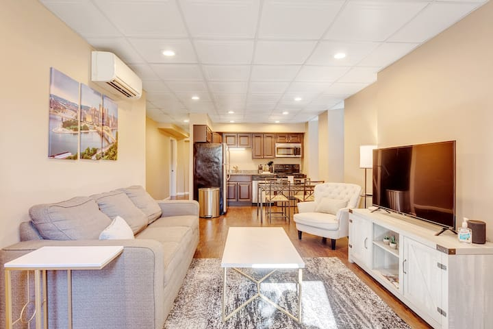 ⚡️Glamorous 2BR 🔥 Sleeps 6 🔥 Secluded & Renovated 🐶 Pet Friendly ⚡️Free Street Parking