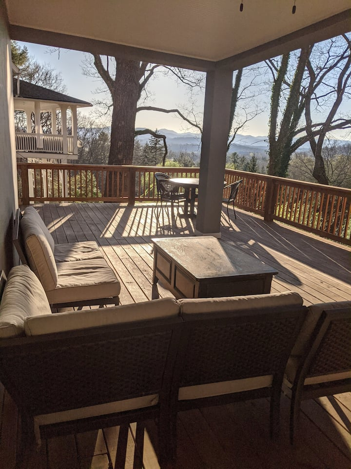 New Entire Guest Suite - In Town Mountain Views