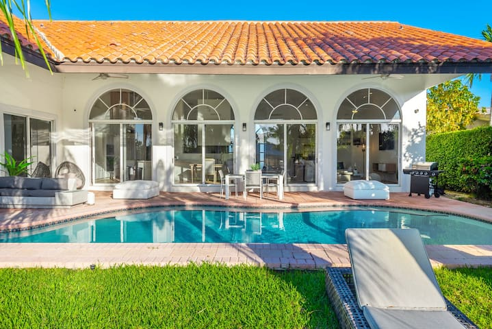 Miami Waterfront Mansion for 12 heated pool &dock!