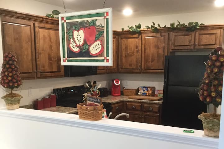 Quiet Townhome with King Bed, Minutes from Lee