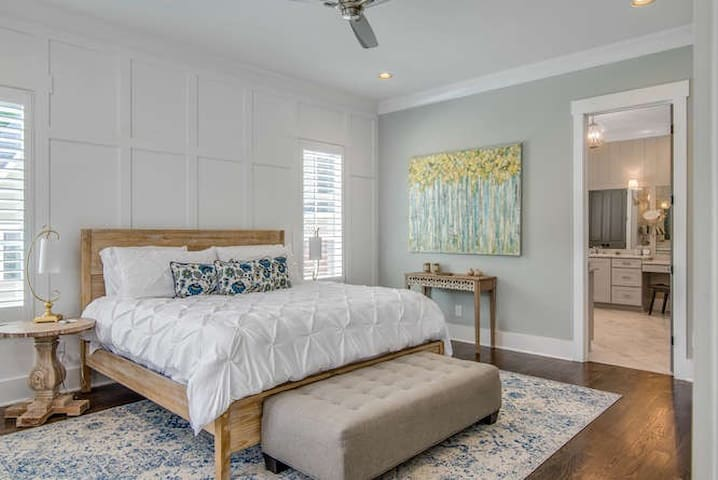 Master bedroom offers a King size bed, flat screen tv, large walk in closet and a beautiful en suite bathroom.