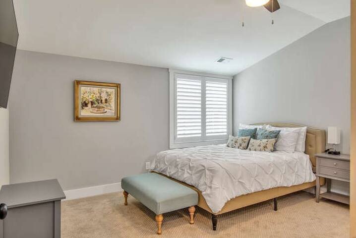 Upstairs #4 queen size bed with en-suite bath
