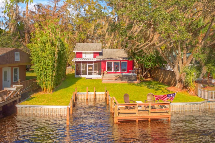 River house with 2 boat docks