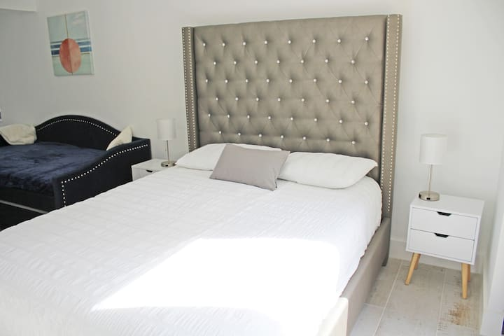 Pool suite queen bed + daybed (with trundle)