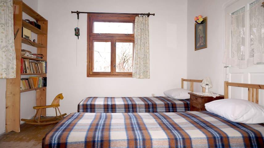 Pokój niebieski: dwa łóżka pojedyncze