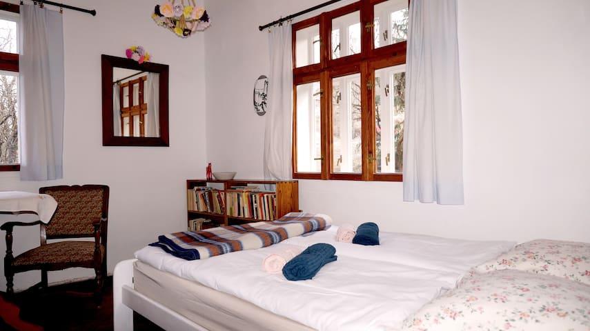 Pokój biały: jedno łóżko podwójne