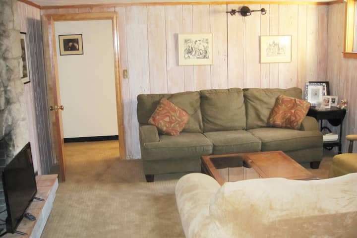 Roomy 2 BR- 2 Blks from Broadmoor Hotel & trails