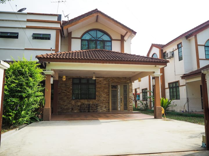 Spacious 4BR Semi-D (15 Pax) - 10mins to IconCity