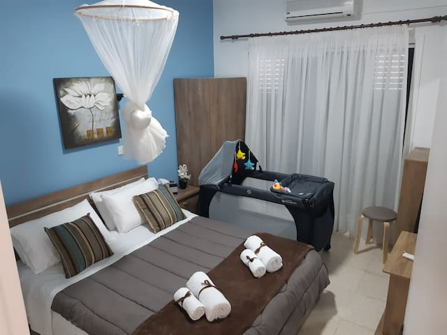 The bedroom  The queen size bed With the Baby bed (Baby bed 0-3 years old,15kg)