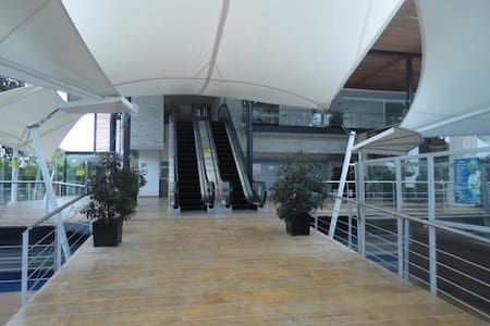 Se ingresa al apartamento por  las escaleras eléctricas al segundo piso o al tercer piso en el ascensor.