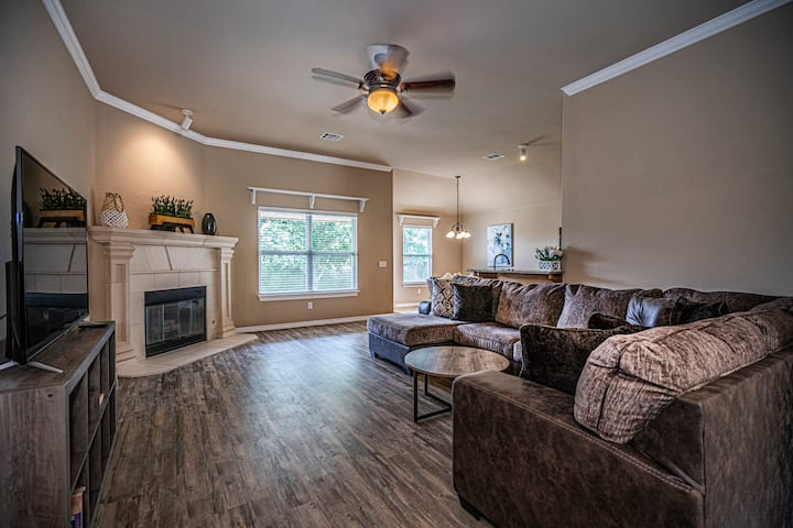 NW OKC home with Brand New furnishings!