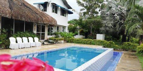 Velmi bezpečné klidné země Estate s bazénem