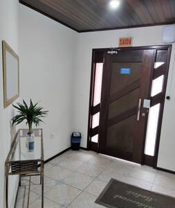 cesso ao prédio e aos aptos todos com sistema de iluminação com sensores e com luz de emergência em todos os andares.