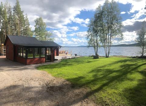 Mysig stuga direkt vid vattnet i Lillhärdal
