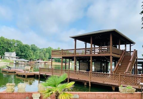 Incredible Lake Harding waterfront lake home!