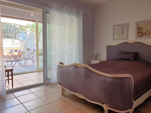Lavand colour bedroom for a nice break in Provence