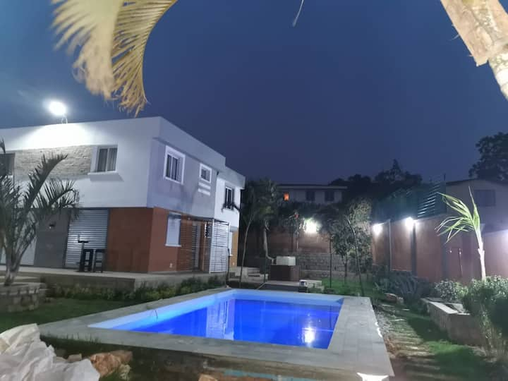 Maison  ambatobe / piscine, palmiers, belle vue