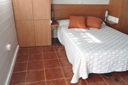 Amplio espacio a los lados de la cama.