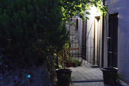 Iluminación en puerta de calle y en la entrada de la Suite, que facilitan el acceso y recorrido.