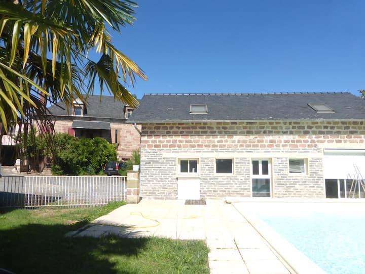 Petite maison indépendante avec piscine.