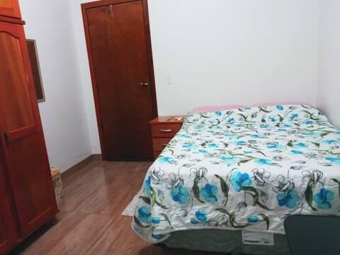 Alugo quarto em casa no centro da cidade