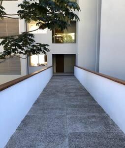 entrada al edificio. a la derecha esta el elevador o las escaleras