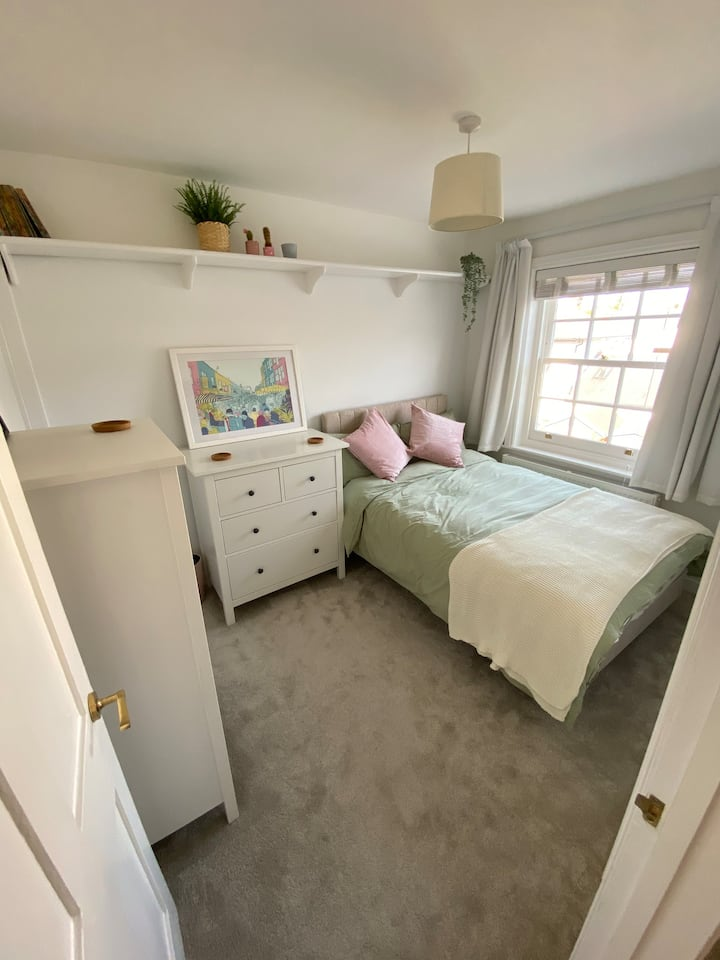 Sunny double bedroom in central St Albans