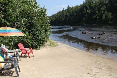 Chalet bord de l'eau avec plage de sable privée