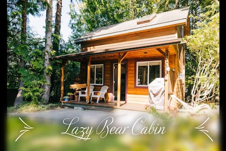Cozy cabin in the heart of Ucluelet w/ hot tub