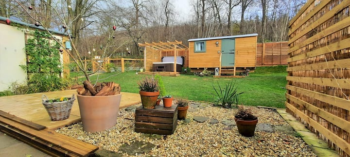 Onny View Shepherd Hut 'Bluebell' with hot tub