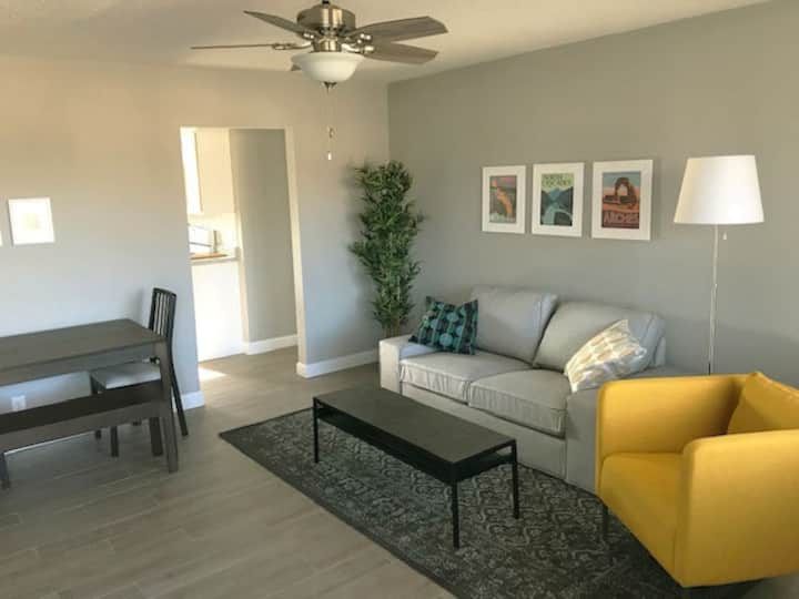Newly renovated, solar 2 BR near Bradley (Apt. B)