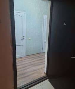 Дверной проем широкий, имеется порожек.